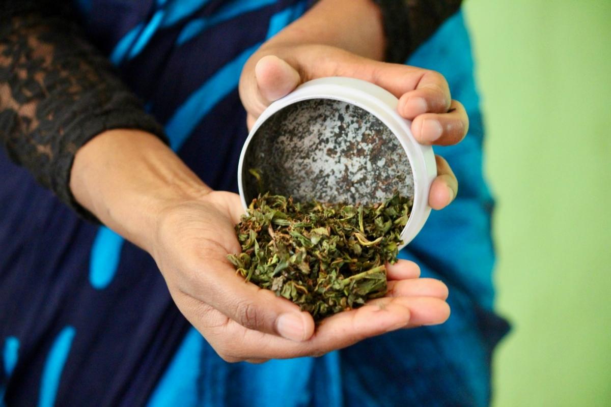 dried-tea-at-blue-field